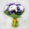 Букет из ирисов и кустовых хризантем в фетре фото