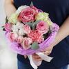 Букет из роз, гвоздик и хлопка в кулёчке фото