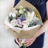 Букет из роз, гиацинтов, тюльпанов и хлопка в крафте фото