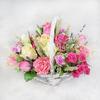 Композиция из роз, гвоздик и лаванды в корзине фото