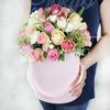 Композиция из роз, гвоздики и альстромерии в шляпной коробке фото