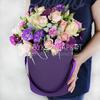 Композиция из роз, лунной гвоздики и эвкалипта в шляпной коробке фото