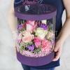 Композиция из роз, лунной гвоздики и лаванды в шляпной коробке фото