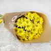 Букет из 5 желтых кустовых хризантем в крафте фото