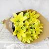 Букет из 5 желтых лилий в крафте фото