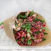 Букет из 15 розовых альстромерий в крафте фото