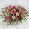 Композиция из розовых альстромерий и эвкалипта в корзине фото