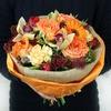Стильный букет из роз, орхидеи и скимии фото