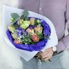 Авторский букет из роз, лизиантуса и гиперикума. фото