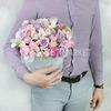 Композиция из пионовидной розы, орхидеи в шляпной коробке фото