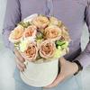 Композиция из пионовидных роз в шляпной коробке фото