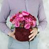 Композиция из красных и малиновых пионовидных роз в шляпной коробке фото