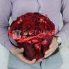 Композиция из красных роз и гиперикума в коробке фото