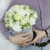 Композиция из белых роз и гвоздик в шляпной коробке фото