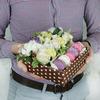 Коробка с макарунами. Розы, гвоздики и хлопок фото