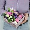 Коробка с макарунами. Фрезия, розы и гиперикум фото