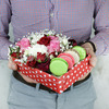 Коробка с макарунами. Розы, гвоздика и хризантема фото