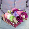 Коробка с макарунами. Розы, латирус и гвоздика фото