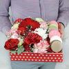 Коробка с макарунами. Гербера, розы и гвоздика фото