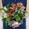 Композиция из гиперикума, альстромерий, листьев эвкалита и фисташки фото