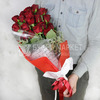 19 красных роз с питтоспорумом в яркой упаковке фото