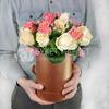 Композиция из 15 персиковых и кремовых роз в шляпной коробке фото