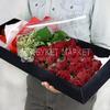 Композиция из 19 красных роз и питоспорума в бархатной коробке фото