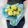 Букет из желтых роз с эвкалиптом в оригинальной упаковке фото