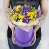 Композиция из кустовых роз и ирисов в шляпной коробке фото