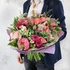 Бизнес букет из пионов, роз, мяты и листьев питтоспорума фото