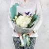 Букет из гортензий, ирисов и роз в оригинальной упаковке фото