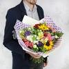 Яркий букет из подсолнухов, роз, лизиантусов и альстромерий фото
