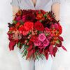 Яркий букет из роз, хризантем, гвоздик и альстромерий фото