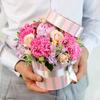 Композиция из роз, гвоздик и пиона в шляпной коробке фото