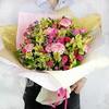Оригинальный букет из кустовых роз, альстромерий и гвоздик фото