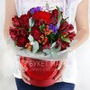 Композиция из роз, альстромерий и герберы в шляпной коробке фото