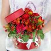 Композиция из роз, гиперикума и альстромерий в шляпной коробке фото
