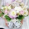 Композиция из альстромерий, роз и гвоздик в шляпной коробке фото