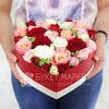 Композиция из роз и лизиантусов в сердце фото