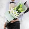 Букет из восточных лилий в стильной упаковке фото