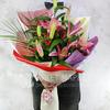Букет из восточных лилий и гиперикума фото