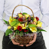 Композиция из альстромерий и листьев малины в плетеной корзине фото