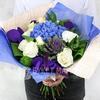 Букет из гортензии, гвоздик и роз с листьями фото