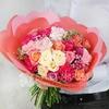 Букет из гвоздик и роз с листьями питтоспорума фото