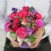 Композиция из гвоздик и роз в шляпной коробке фото