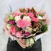 Букет из гвоздик, роз, гиперикума и зелени фото