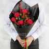 Букет роз Александра и илекса в стильной упаковке фото