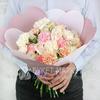 Букет из гвоздик и роз в оригинальной упаковке фото