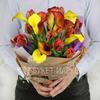 Букет из калл и тюльпанов в упаковке крафт фото