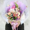 Авторский букет из тюльпанов, роз и гвоздик в оригинальной упаковке фото
